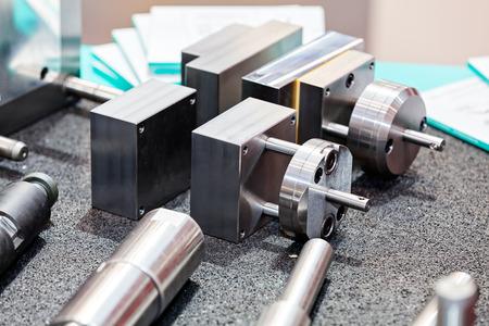 Eén detail en onderdeel van de nieuwe industriële motor van staal; let op ondiepe scherptediepte Stockfoto - 89248464