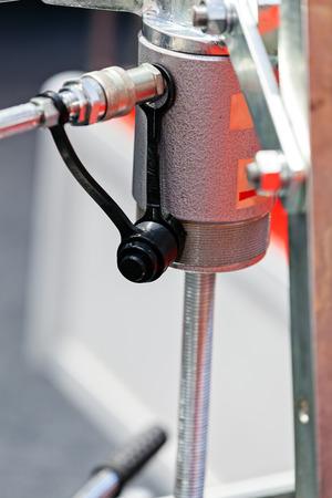 Eén detail en onderdeel van de nieuwe industriële motor van staal; let op ondiepe scherptediepte Stockfoto - 89248482