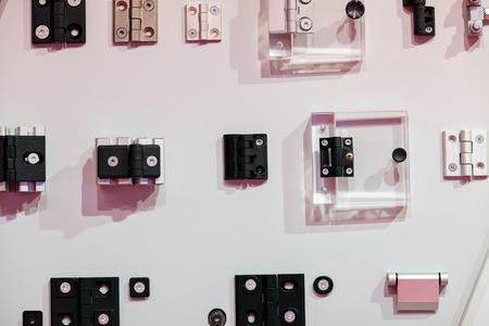 Close-up nieuw ontwerp van scharnieren op tentoonstellingsvertoning; noteer ondiepe scherptediepte