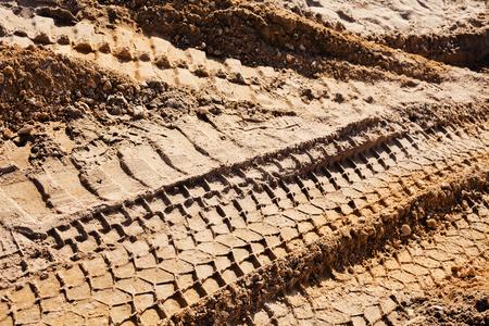 Kleinere zand met bandsporen in de bouw Stockfoto - 89248494