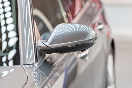 Rückspiegel am Kraftfahrzeug, beachten Sie die geringe Schärfentiefe Standard-Bild - 86759030