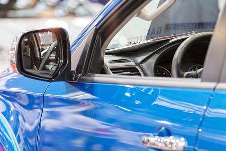 Rückspiegel am Kraftfahrzeug, beachten Sie die geringe Schärfentiefe Standard-Bild - 86580721