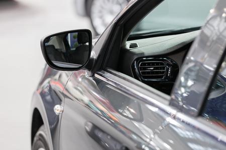 Rückspiegel am Kraftfahrzeug, beachten Sie die geringe Schärfentiefe Standard-Bild - 86580723