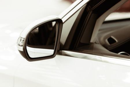Rückspiegel am Kraftfahrzeug, beachten Sie die geringe Schärfentiefe Standard-Bild - 87296065