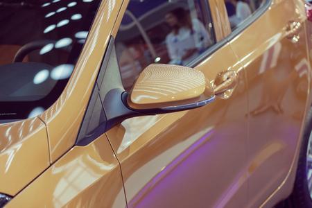 Rückspiegel am Kraftfahrzeug, beachten Sie die geringe Schärfentiefe Standard-Bild - 86469809
