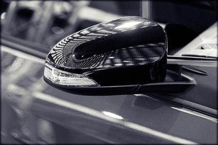 Rückspiegel am Kraftfahrzeug, beachten Sie die geringe Schärfentiefe Standard-Bild - 87296074