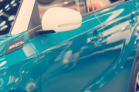 Rückspiegel am Kraftfahrzeug, beachten Sie die geringe Schärfentiefe Standard-Bild - 86759068