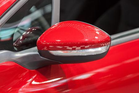 Rückspiegel am Kraftfahrzeug, beachten Sie die geringe Schärfentiefe Standard-Bild - 86524727
