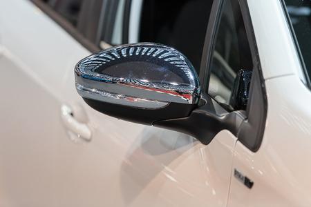 Rückspiegel am Kraftfahrzeug, beachten Sie die geringe Schärfentiefe Standard-Bild - 86675049