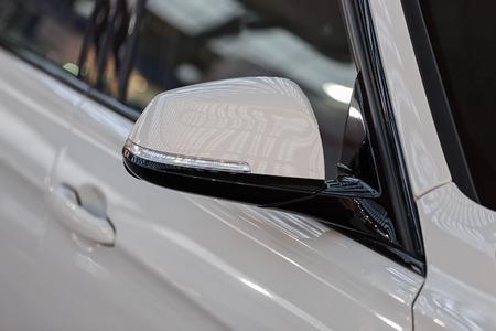 Rückspiegel am Kraftfahrzeug, beachten Sie die geringe Schärfentiefe Standard-Bild - 86524728