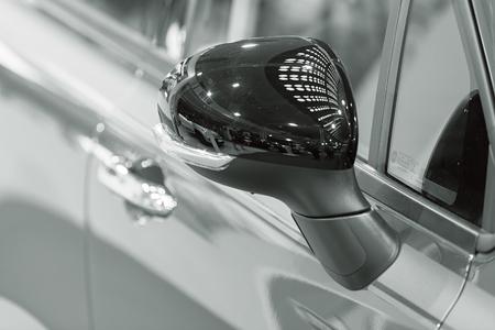 Rückspiegel am Kraftfahrzeug, beachten Sie die geringe Schärfentiefe Standard-Bild - 86759099