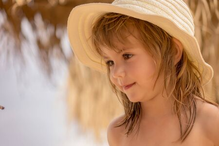 a little girl with a hat on the beach Banco de Imagens