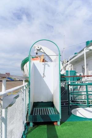 cabine de douche: Nizhny Novgorod, Russie. - Juin 2,2016. Cabine de douche sur le pont supérieur de l'ancien bateau-mouche Éditoriale