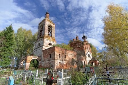 desolacion: Nizhny Novgorod Region, Russia. - October 01.2016. Abandoned Orthodox Church at the cemetery in the village Novinki