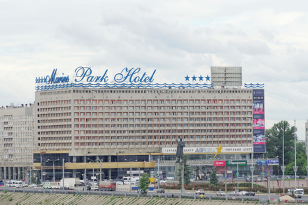 Nizhny Novgorod, Russia. - 27 giugno 2017. Hotel Marins Park Hotel in Piazza Lenin. Vista dal ponte Kanavinsky.