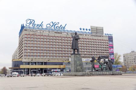 Nizhny Novgorod, Russia. - 26 ottobre 2017. Hotel Marins Park Hotel a Lenin Square e il monumento a Lenin sullo sfondo dell'hotel