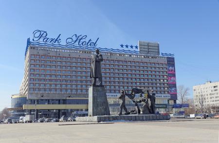 Ni?nij Novgorod, Russia. - 14 marzo 2017. Il monumento a Vladimir Ilyich Lenin in Piazza Lenin. Sullo sfondo del Marins Park Hotel.