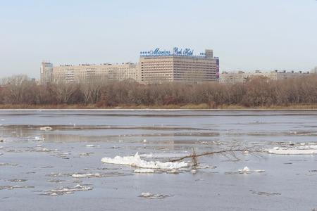 Nizhny Novgorod, Russia. - 24 marzo 2017. Vista del Marins Park Hotel dall'altra parte dell'Oka. I resti dei banchi di ghiaccio galleggiano sull'acqua scura