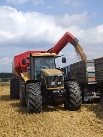 overloading: Overloading of grain from the hopper to vehicle