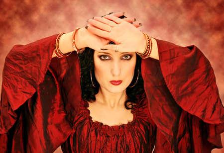 Portret van een mooie brunette vrouw in rode kleding Stockfoto