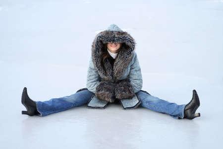 jonge vrouw zit op het ijs