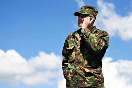 soldaat en mobiele telefoon
