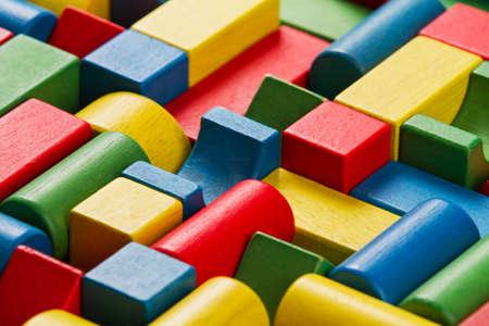 Speelgoed blokken, veelkleurig houten bouwstenen, groep van kleurrijke gebouw speelstukken