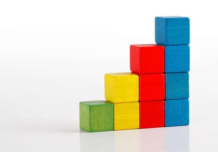 Speelgoed blokken als stap trap, veelkleurig houten ladder bouwstenen over wit Stockfoto