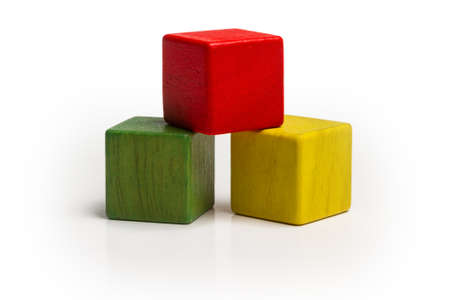 speelgoed houten blokken stapelen, piramide van lege multicolor doos kubus over wit Stockfoto