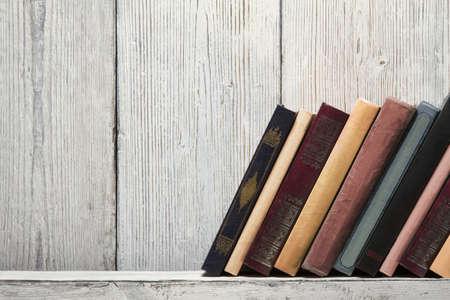oud boek plank leeg stekels, lege bindende stand op houtstructuur achtergrond, kennis concept Stockfoto