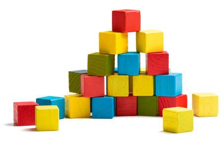blokken piramide, veelkleurig houten blokken stapelen geïsoleerde witte achtergrond