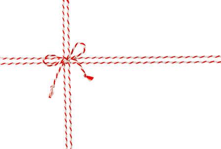 ロープは白い封筒パッケージ、郵便パック、シームレスの赤いリボン ケーブルのボウ ・ ノットを縛ら