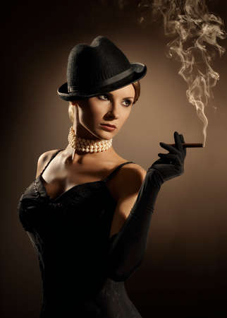 Vrouw roken sigaar, Lady in Smoke Cloud, Fashion Model Meisje Oude Retro Cigarette