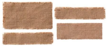 Peças de rótulo de tecido de serapilheira, remendo de Hessian rústico, pano de saco rasgado isolado sobre o branco