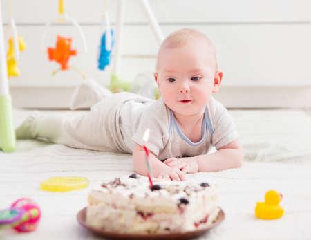 Baby und Kuchen, Kind feiert Geburtstag, krabbelndes Kleinkind, häusliches Leben