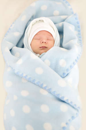 Newborn Baby Sleeping in Blue Blanked, New Born Kid Portrait, One Week Old Stockfoto
