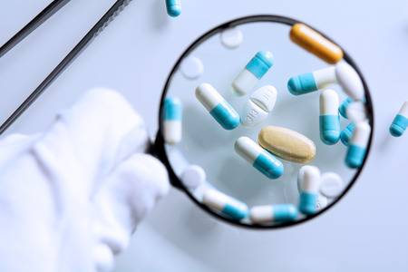 médicaments suspects à la loupe Banque d'images