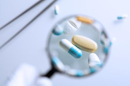 medicamentos sospechosos bajo una lupa