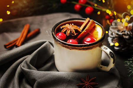 Festive mulled wine with lingonberry on a wooden table. Glasses of mulled wine. 免版税图像