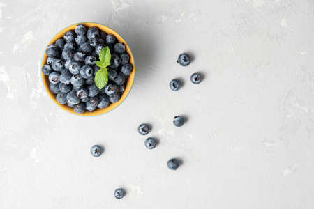 Fresh blueberries in a bowl on a concrete surface with a copy of space. 免版税图像 - 155404863