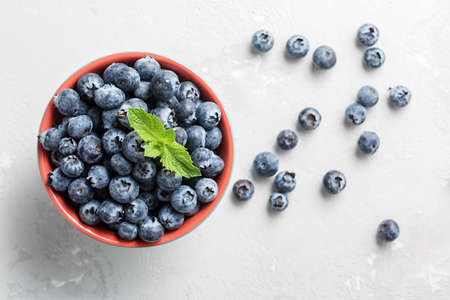 Fresh blueberries in a bowl on a concrete surface with a copy of space. 免版税图像