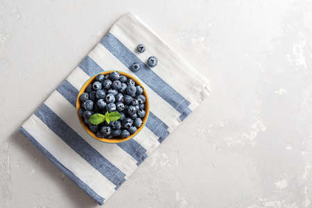 Bowl of blueberries with striped textile on the concrete table with a copy of the space. 免版税图像 - 155404910