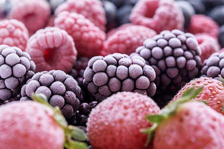 The frozen berries of raspberries, blackberries, blueberries, strawberries, covered with hoarfrost. 免版税图像 - 155682726