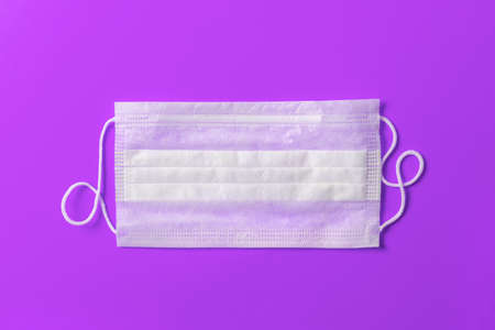 Medical mask on a purple background. 免版税图像 - 155850172
