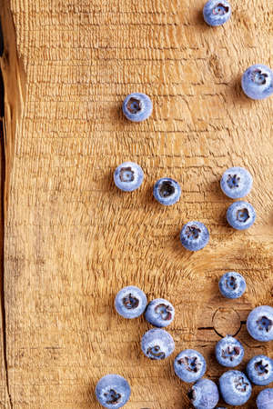 Frozen blueberries on an old wooden surface. Top view. 免版税图像