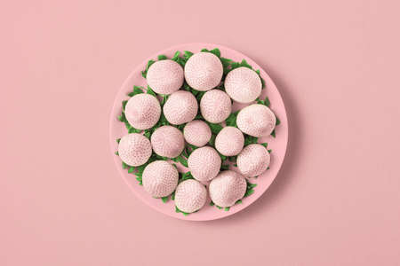 White strawberries in a plate on a light pink background. Top view. 免版税图像