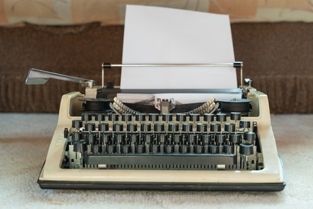 vieja máquina de escribir blanca. estilo retro. Antigüedades y material de oficina