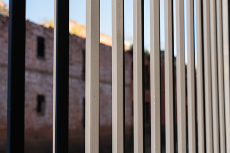 cast iron fence bars close-up with blurred background Banque d'images - 122729095