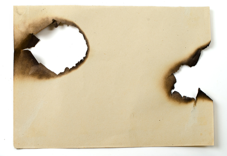 papel quemado: la hoja de viejo papel quemado en el fondo blanco aislado