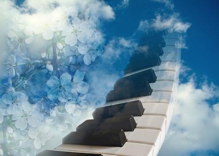 letras musicales: teclas de piano y flores de cerezo en contra de la sky.The concepto azul de primavera del estado de ánimo de primavera. Foto de archivo